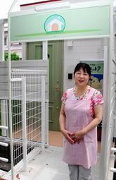 「小さないのちのドア」の出入り口と永原郁子院長=神戸市北区ひよどり台2