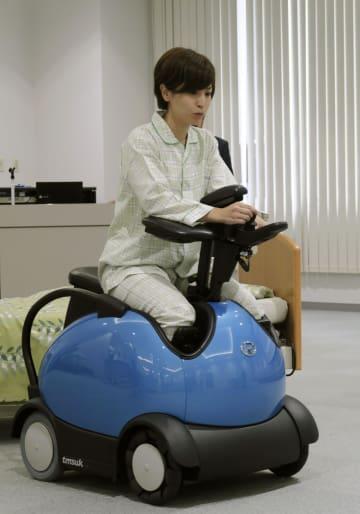 草津総合病院が導入した電動車いす「RODEM(ロデム)」の実演=28日、滋賀県草津市