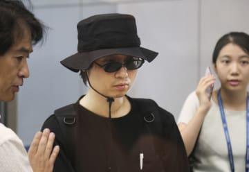 28日、北朝鮮から国外追放処分にされ、帰国を前に経由地の北京国際空港に到着した杉本倫孝氏(共同)
