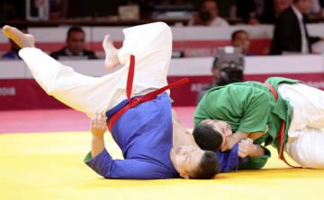 男子90キロ超級2回戦 ウズベキスタン選手に敗れた川口辰巳(左)=ジャカルタ(共同)