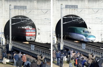 青函トンネルを出る貨物列車(左)と北海道新幹線=2016年3月