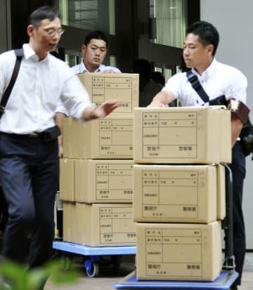 安藤ハザマ本社を家宅捜索し、押収資料が入ったとみられる段ボールを運び出す警視庁の捜査員=28日午後、東京都港区