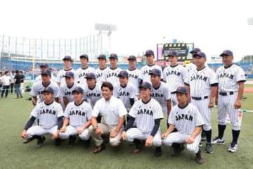 侍ジャパントップチームの稲葉監督とU-18代表の選手たち【写真:荒川祐史】