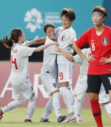 日本―韓国 後半、韓国のオウンゴールで勝ち越し、喜ぶ菅沢(9)ら=パレンバン(共同)