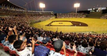 大勢のファンが観戦したプロ野球公式戦、オリックス・バファローズ-北海道日本ハムファイターズ=28日午後、宮崎市・KIRISHIMAサンマリンスタジアム宮崎