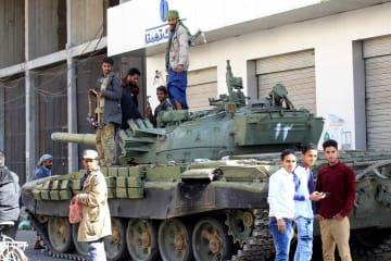 イエメン・サヌアにあるサレハ前大統領の邸宅前に戦車を止め、警戒に当たる武装組織「フーシ派」=2017年12月(ゲッティ=共同)