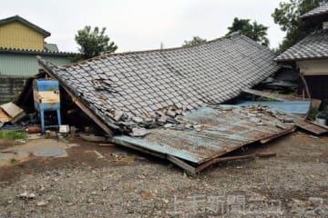突風で倒壊した民家の物置。車2台が下敷きになっている=28日午後2時半ごろ、前橋市下大屋町