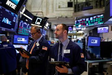 ニューヨーク証券取引所のトレーダーたち=28日(ロイター=共同)