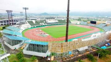 国体総合開会式が1カ月後に迫り、仮設スタンドなどの整備が進む9・98スタジアム=8月28日、福井市福町(日本空撮・小型無人機ドローンで撮影)