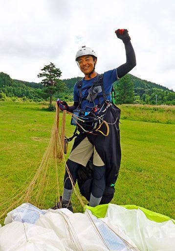 無事着陸し、日本縦断の達成を喜ぶ梅岡さん