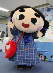 神戸タータン柄の衣装を身にまとい、ポーズをつくるごしきまろ=神戸市垂水区日向1、垂水区役所