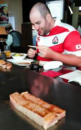 神戸ビーフのステーキを楽しんだブレット・デーブさん=神戸市中央区下山手通1、みその神戸本店