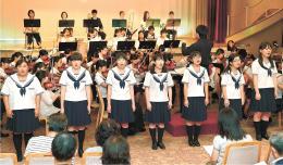 心のこもった演奏と合唱を披露する愛知県から訪れた高校生と大学生=18日、気仙沼市の気仙沼ホテル観洋