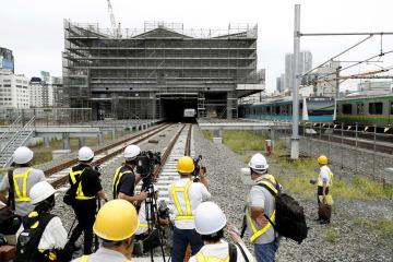 報道公開された山手線と京浜東北線の品川―田町間に建設している新駅の工事現場=29日午前、東京都港区