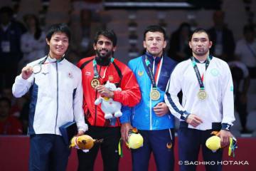銀メダルを獲得した高谷大地(左端)=撮影・保高幸子