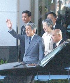 虻田町役場前で町民らに手を振る天皇陛下(平成15年7月1日撮影)
