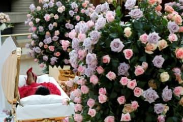 8月28日、今月16日にすい臓がんのため76歳で死去した米歌手アレサ・フランクリンさんの遺体がデトロイトのアフリカ系アメリカ人歴史博物館に安置され、一般に公開された。代表撮影 - (2018年 ロイター/Paul Sancya)