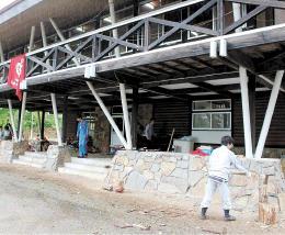 田野畑村にある早大のセミナーハウス「青鹿(あおじし)寮」でまき割り作業に汗を流す学生たち