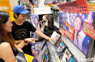 安室奈美恵さんのラストドームツアーDVDを買い求めるファン=29日午前、那覇市・タワーレコード那覇リウボウ店