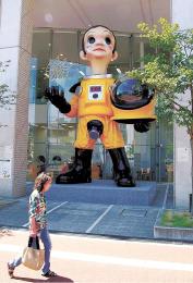 教育文化複合施設「こむこむ」前に展示され、わずか1カ月で撤去方針が決まったサン・チャイルド=福島市