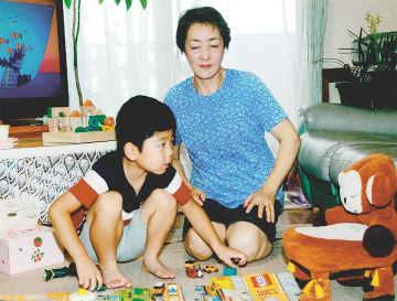 """大坪さんの自宅で遊ぶ斉藤誠君(5)。父・昇一さんは「子どもから""""楽しかった""""""""いっぱい遊んでもらった""""と聞くと、安心できありがたい気持ちになります」"""