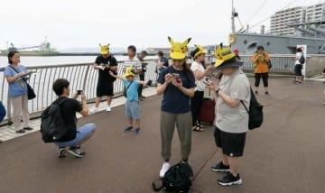 人気キャラクター「ピカチュウ」をかたどった帽子をかぶり、ゲームに興じる参加者ら=三笠公園