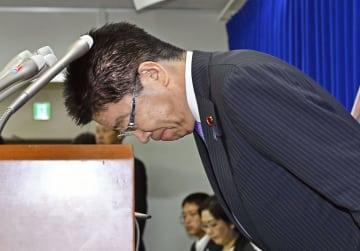 28日の記者会見で、障害者雇用水増し問題について謝罪する加藤厚労相=厚労省
