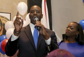 28日、米フロリダ州で、同州初の黒人知事を目指して、民主党候補に選ばれたアンドリュー・ギラム氏(左)と妻(AP=共同)