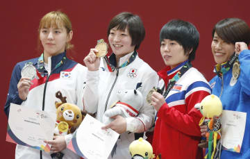 女子52キロ級で優勝し、表彰式で金メダルを掲げる角田夏実(左から2人目)=ジャカルタ(共同)