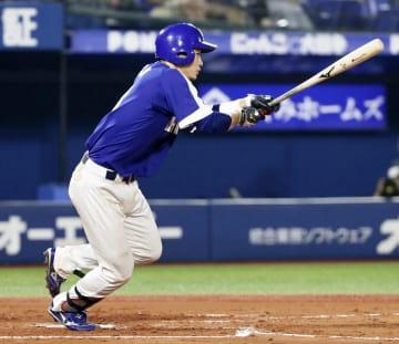 2回中日無死二、三塁、松井雅が右前に2点打を放つ=横浜