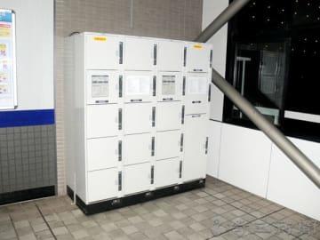 乳児の遺体が見つかった北坂戸駅のコインロッカー=29日午後8時半ごろ