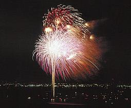 1989年7月に西宮市主催で行われた花火大会の様子(同市提供)