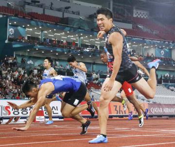 男子200メートル決勝 20秒23をマークし優勝した小池祐貴(手前右)。同左は2位の台湾選手=ジャカルタ(共同)