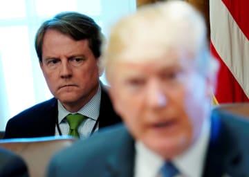 ホワイトハウスでの会合でトランプ米大統領の後方に座ったマクガーン大統領法律顧問(左奥)=6月21日、ワシントン(ロイター=共同)