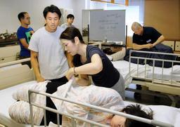 介護職の再就職を支援する講習会で、衣服の脱ぎ着などの介護技術を学ぶ受講生=神戸市中央区磯上通3