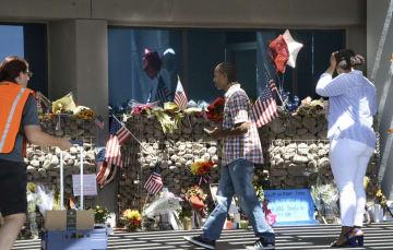 たくさんの花が供えられた、マケイン米上院議員の事務所が入るビルの前=28日、米アリゾナ州フェニックス(共同)