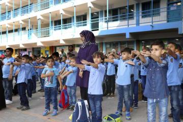 29日、パレスチナ自治区ガザの小学校で行われた始業式で整列する児童ら(共同)