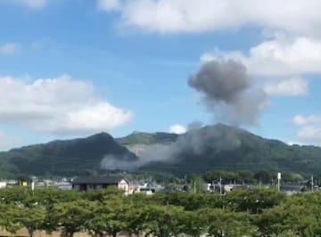 爆発のあった砕石場から上がる黒煙=23日、桜川市内(読者提供)