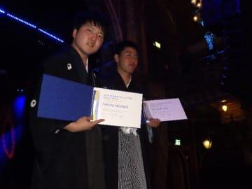 準グランプリに輝いた青森県立名久井農業高の研究グループの坂本成海さん(左)と大平竜福さん=28日、ストックホルム(同校提供)