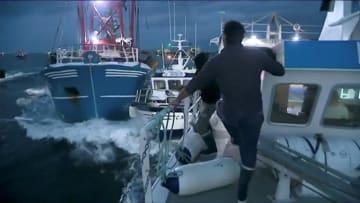 イギリス海峡で衝突するフランスと英国の漁船=28日(ロイター=共同)