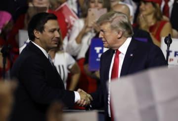 米フロリダ州で、トランプ大統領(右)と握手する同州知事選の共和党候補のロン・デサンティス下院議員=7月31日(AP=共同)