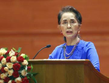 ミャンマーの首都ネピドーで演説するスー・チー氏=7月(AP=共同)