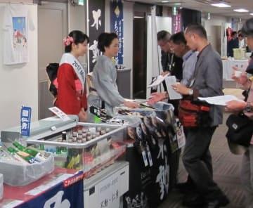 ミス日本酒県代表が参加して開かれた昨年の「千葉の酒フェスタ」(県酒造組合提供)