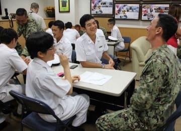 交流を楽しむ防衛大生と米海軍兵=米海軍横須賀基地
