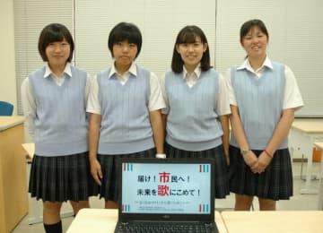 川崎市歌をアレンジした始業チャイムを制作した(左から)石川さん、黒田さん、平賀さん、植田さん =市立幸高校