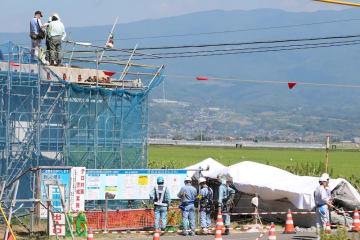 橋脚上にいた作業員2人に接触して、地上に落下した橋桁(右下)=29日午前10時33分、諫早市