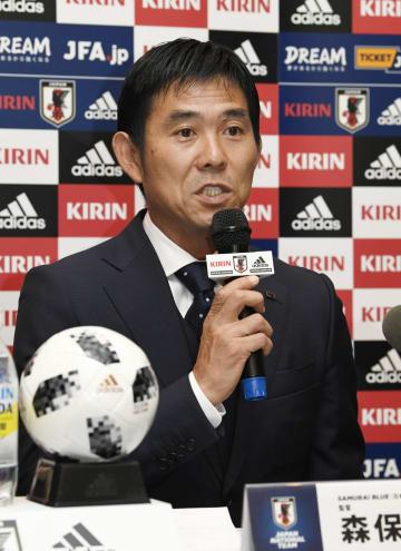 国際親善試合に臨むサッカー日本代表メンバーを発表する森保監督=30日、インドネシア・ボゴール(共同)
