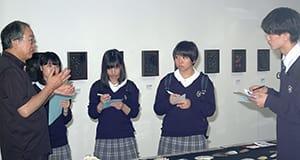 室蘭市民美術館で工芸作家への取材体験をする生徒たち