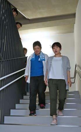 階段を上り下りする際の手助けについて学ぶ受講者=29日、長岡市のアオーレ長岡