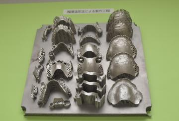 3Dプリンターで金属をさまざまな入れ歯の形に積み上げる